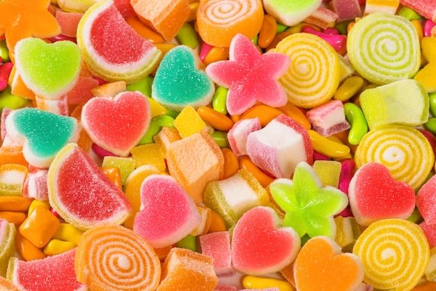Bonbons sucrés colorés, assortiment de divers fond de bonbons sucrés Photo Premium