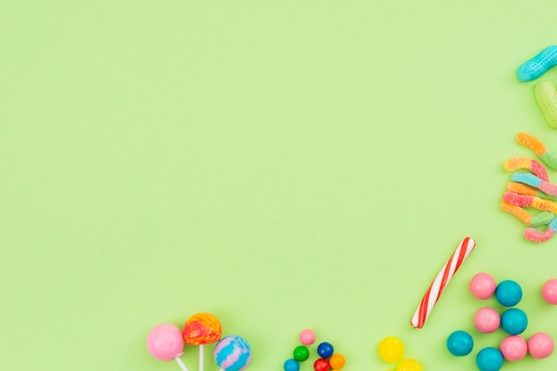 Bonbons sucrés étalés sur la table Photo gratuit