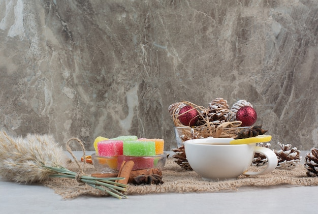Bonbons Sucrés Avec Une Tasse De Thé Savoureuse Sur Un Sac. Photo De Haute Qualité Photo gratuit
