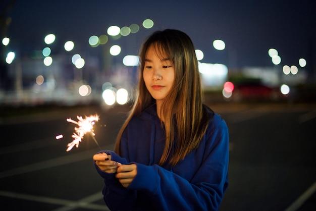 Bonheur de femme et feu d'artifice Photo gratuit