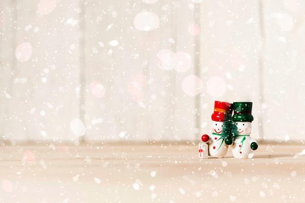 Bonhommes de neige s'embrassant avec espace copie Photo gratuit
