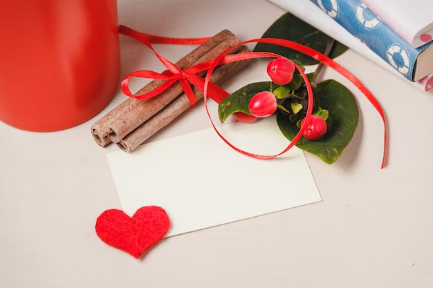 Bonjour avec du chocolat chaud sur une table en bois Photo Premium