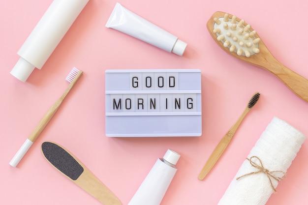 Bonjour et ensemble de produits cosmétiques et outils pour douche ou bain sur fond rose Photo Premium