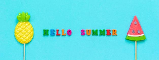 Bonjour été coloré texte, sucettes ananas et melon d'eau concept vacances ou vacances bannière Photo Premium