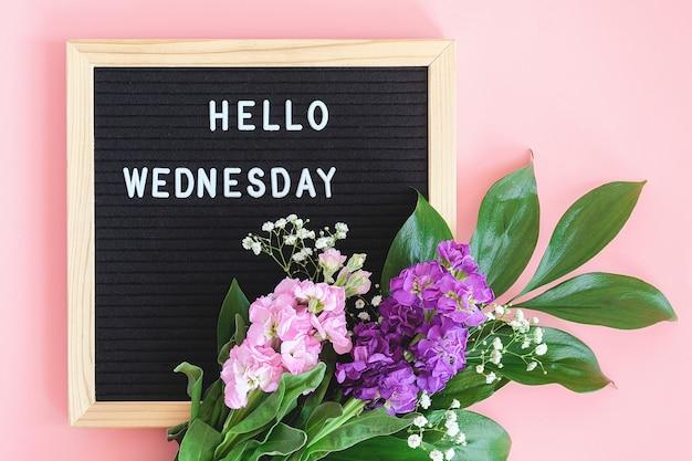 Bonjour Mercredi Texte Sur Tableau Noir Et Bouquet De Fleurs Colorées Sur Fond Rose. Photo Premium