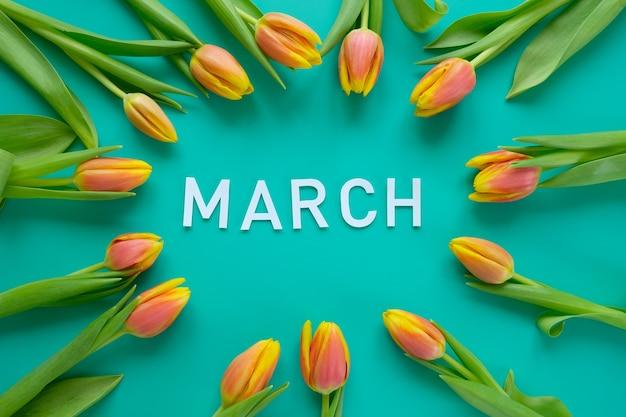 Bonjour, Printemps Avec Des Tulipes Fraîches Jaune-rouge Sur Fond De Menthe. Concept De La Journée Internationale De La Femme, Fête Des Mères, Pâques Photo Premium