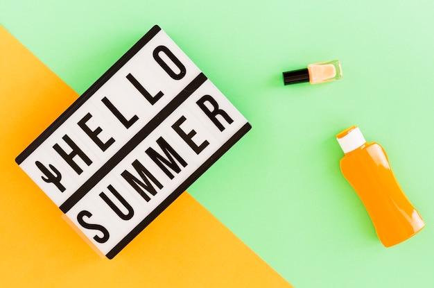 Bonjour texte d'été dans le cadre et trucs d'été Photo gratuit
