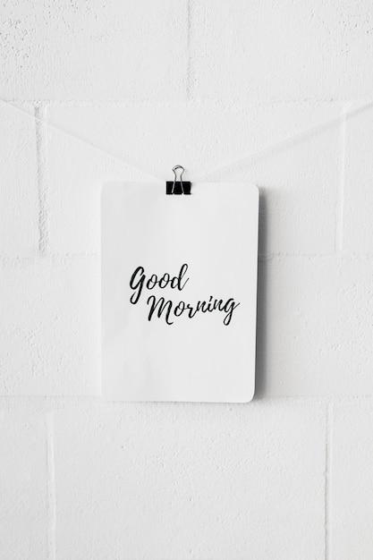 Bonjour texte sur papier attacher avec un trombone bulldog sur le mur blanc Photo gratuit