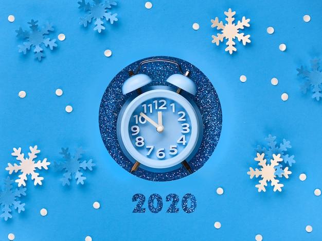 Bonne année 2020! réveil dans le trou de papier Photo Premium
