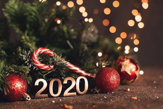 Bonne année 2020. symbole du numéro 2020 sur fond en bois Photo Premium