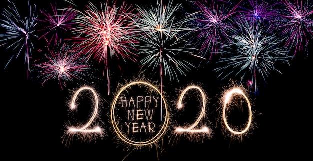 Bonne année 2020. texte créatif bonne année 2020 écrit des cierges magiques isolés Photo Premium