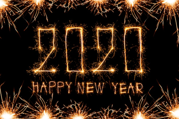 Bonne Année 2020. Texte Créatif Bonne Année 2020 écrit Des Sparkler Sparklers Photo Premium