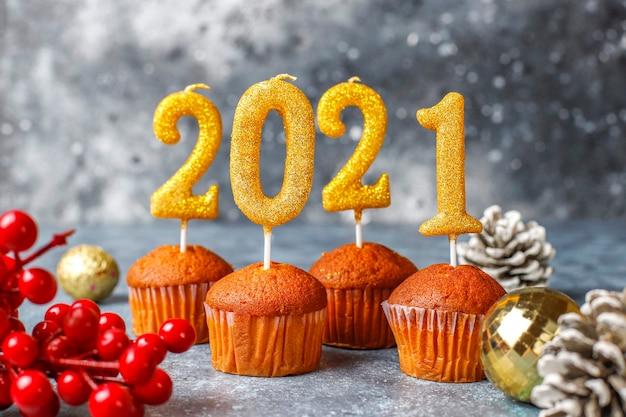Bonne Année 2021, Cupcakes Aux Bougies Dorées. Photo gratuit