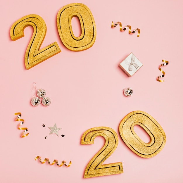 Bonne année avec chiffres 2020 sur fond rose Photo gratuit