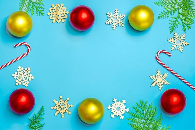 Bonne année plat composition laïque, lieu de texte décoration de noël sur fond bleu Photo Premium