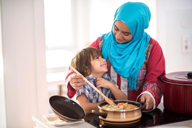 Bonne famille musulmane à la nouvelle maison moderne Photo Premium