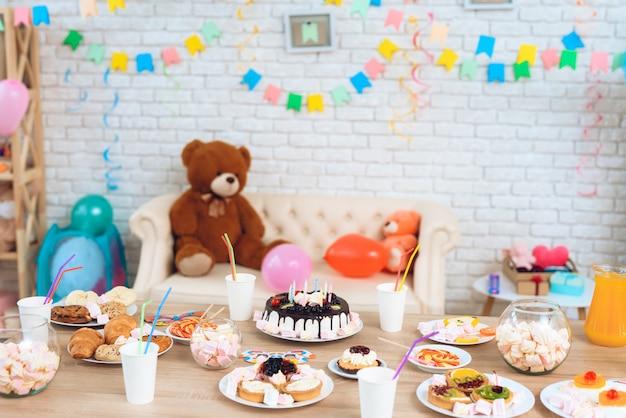 Bonne fête d'anniversaire. fond de la table de fête. Photo Premium