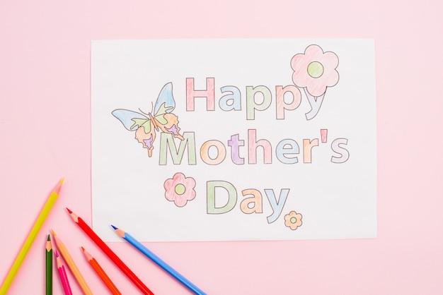 Bonne fête des mères dessin sur papier avec des crayons Photo gratuit