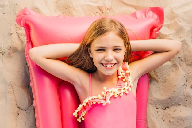 Bonne fille maigre sur les vacances d'été à la plage Photo gratuit