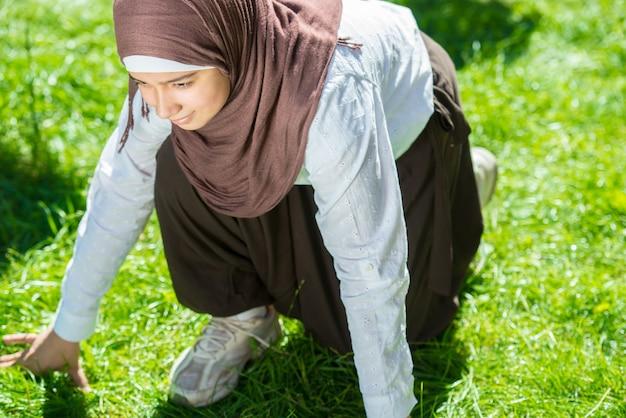 Bonne fille musulmane en plein air Photo Premium