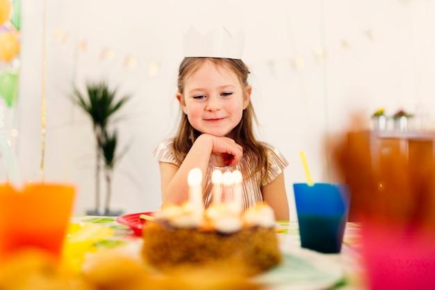Bonne fille pensant rêves d'anniversaire Photo gratuit