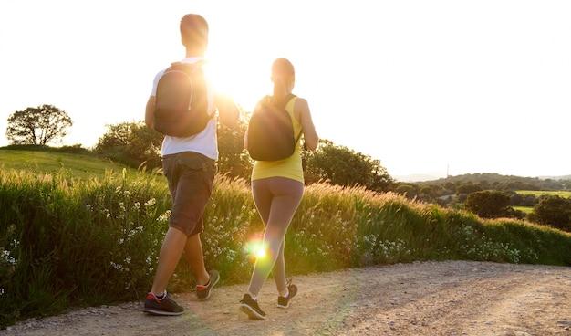 Bonne Jeune Couple Sur Le Terrain Au Printemps Photo gratuit