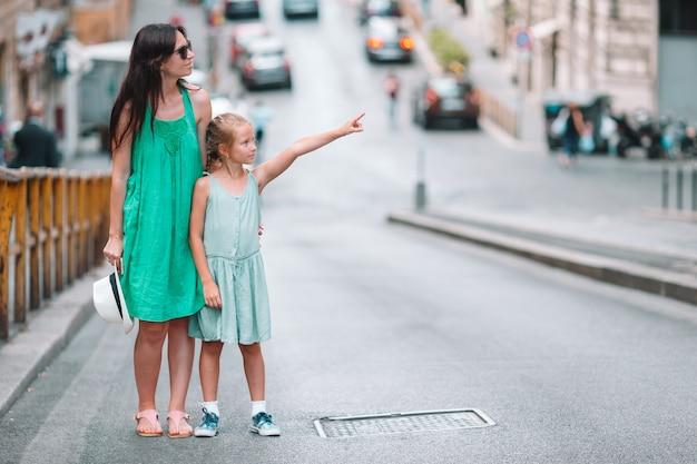 Bonne maman et petite fille adorable voyageant à rome, italie Photo Premium