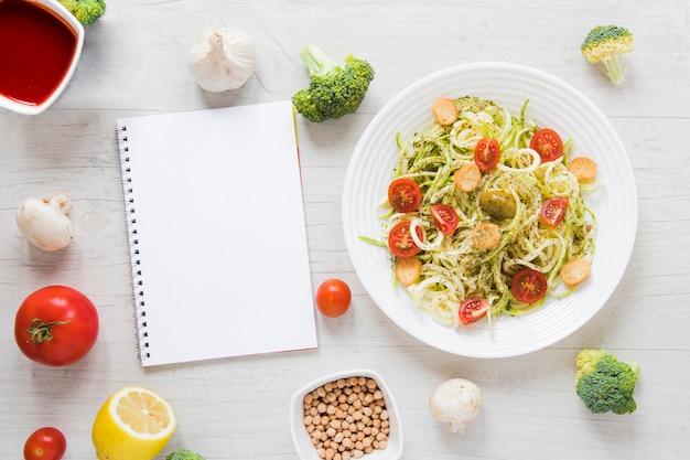 Bonne Nourriture Végétalienne Sur Une Table En Bois Photo gratuit