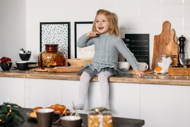 Bonne petite fille dans la cuisine à la maison. Photo Premium