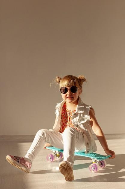 Bonne Petite Fille Sur Planche à Roulettes Photo gratuit