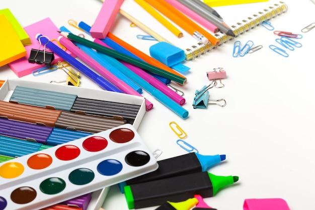 Bonne préparation pour les matières scolaires. accessoires scolaires en pâte à modeler, crayons multicolores Photo Premium