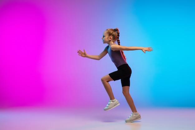 En Bonne Santé. Adolescente, Coureur Professionnel, Jogger En Action, Mouvement Isolé Sur Fond Dégradé Rose-bleu En Néon. Concept De Sport, Mouvement, énergie Et Mode De Vie Dynamique Et Sain. Photo gratuit