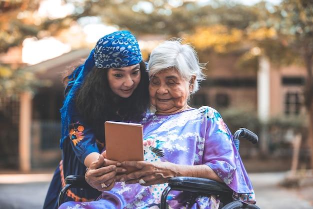 En bonne santé. famille. fille aide les mères aînées à faire de l'exercice. concept de santé de l'aîné. Photo Premium