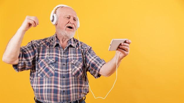 Bonne Senior Appréciant La Musique à La Maison Photo gratuit