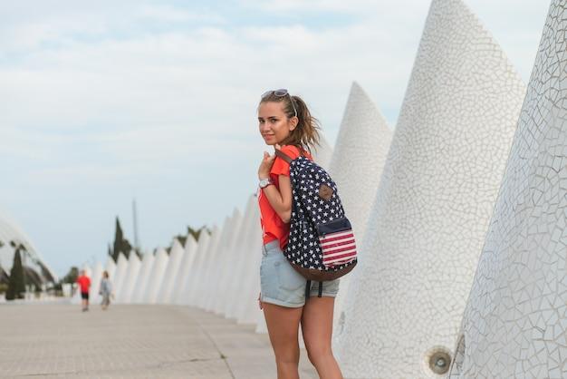 Bonne touriste femme dans la cité des arts et des sciences de valence Photo Premium