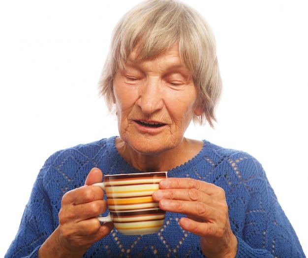 Bonne vieille dame avec un café Photo Premium
