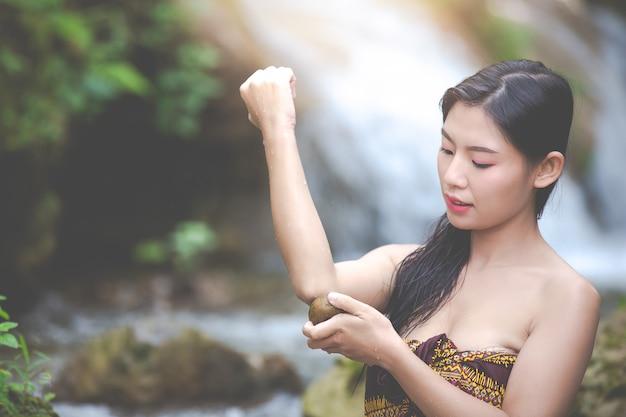 Bonnes femmes se baignant à la cascade naturelle Photo gratuit