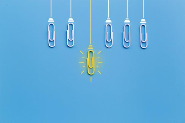 Bonnes Idées Avec Un Trombone, Pensée, Créativité, Ampoule Sur Fond Bleu, Nouvelles Idées Photo Premium
