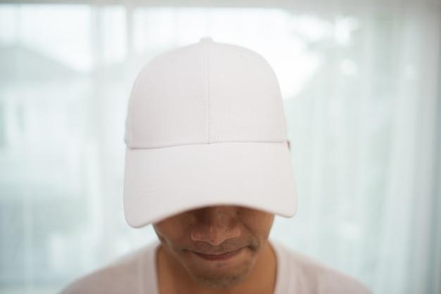 Bonnet blanc et blanc sur la tête, prêt pour le marquage. Photo gratuit