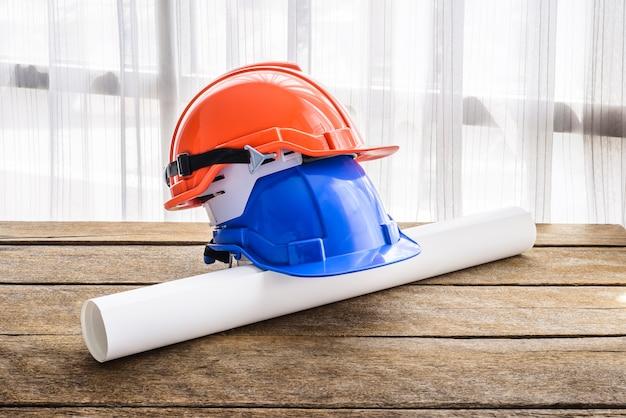 Bonnet de chantier casque de protection orange, bleu pour projet de sécurité ouvrier ingénieur ou ouvrier Photo Premium