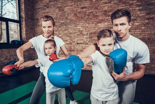 De bons parents enseignent l'autodéfense aux jeunes enfants Photo Premium