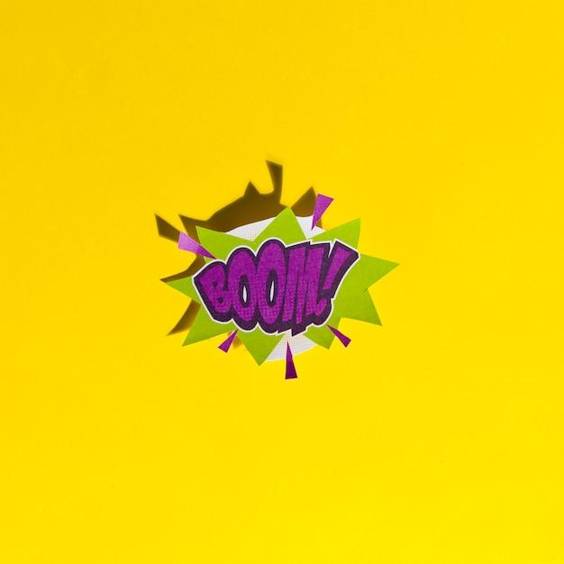 Boom de mots! dans une bulle de bande dessinée rétro avec une ombre sur fond jaune Photo gratuit