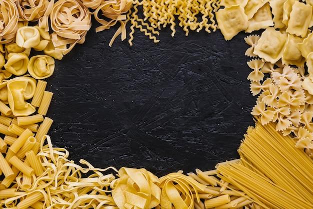 Bordure de différentes pâtes Photo gratuit