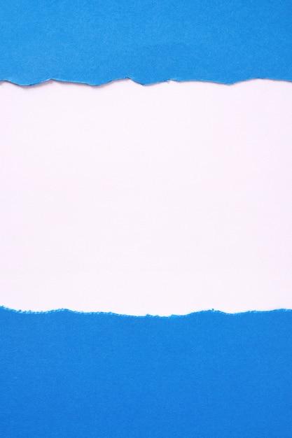 Bordure de papier blanc déchiré fond bleu frontière verticale Photo gratuit