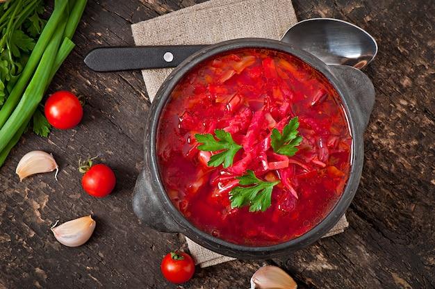 Bortsch De Légumes Russe Ukrainien Traditionnel Sur L'ancienne Surface En Bois Photo gratuit