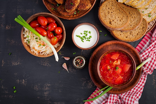 Bortsch russe ou soupe rouge ukrainienne traditionnelle sur le bol. Photo Premium