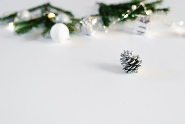 Bosse Argentée Sur Fond Blanc Avec Espace De Copie. Carte De Noël Photo Premium