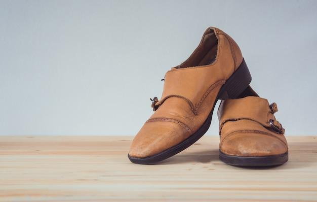 Bottes en cuir marron sur plancher en bois Photo Premium