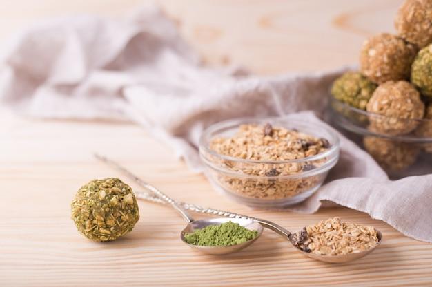 Bouchées De Granola Bio Et Saines Avec Noix, Raisins Secs, Matcha Et Miel - Collation Ou Repas Végétarien Cru Végétarien Photo Premium