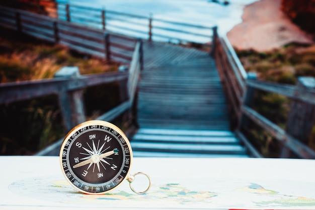 Bouchent La Boussole Sur La Carte Papier, Les Voyages Et Le Mode De Vie, Parviennent Au Succès Du Concept Technologique Commercial Photo Premium
